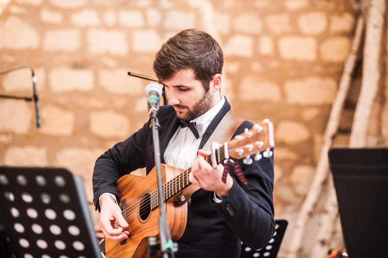 Céréminie laïque, guitariste, Pommerieux à Busancy