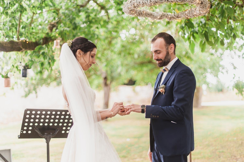 Échange des alliances entre les mariés