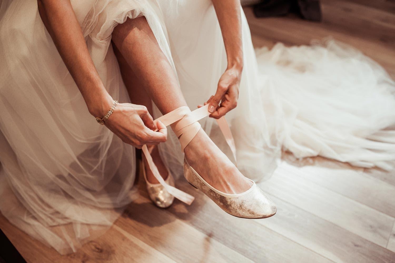 Chaussures de la mariée pendant les préparatifs